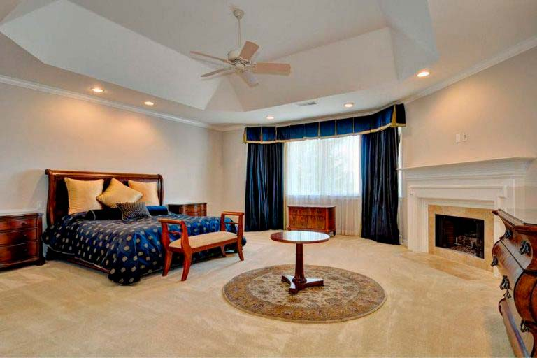Хозяйская спальня с камином