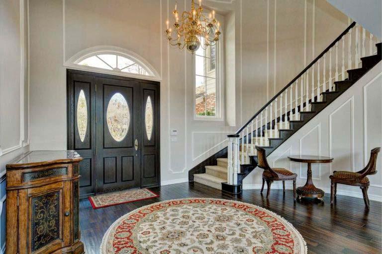 Парадная лестница в классическом интерьере