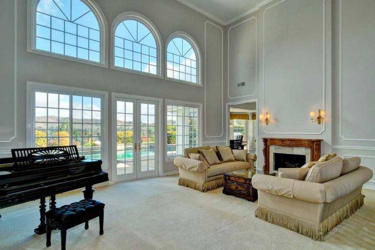 Зал с большими окнами и мраморным камином