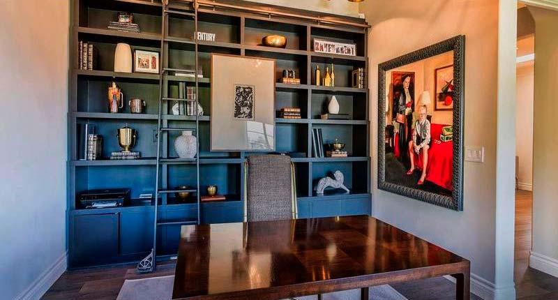 Домашний кабинет с книжными полками