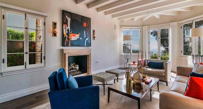 Интерьер комнаты с потолочными балками и камином