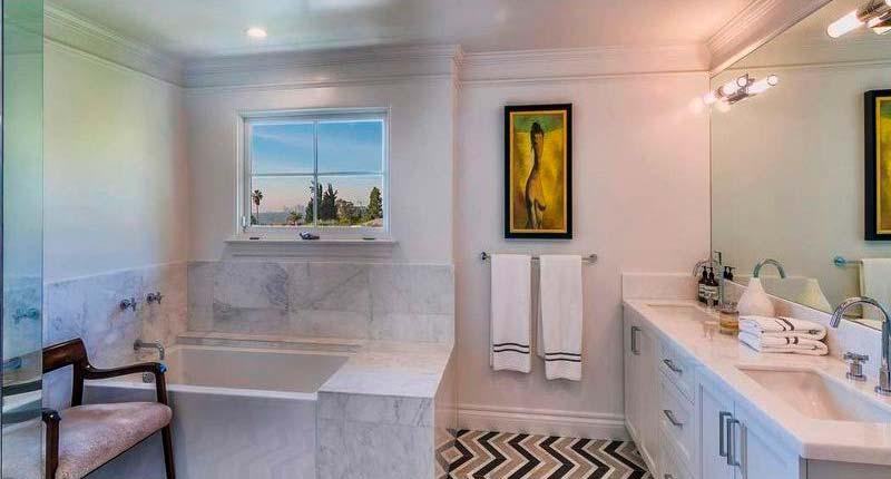 Мраморный интерьер ванной комнаты