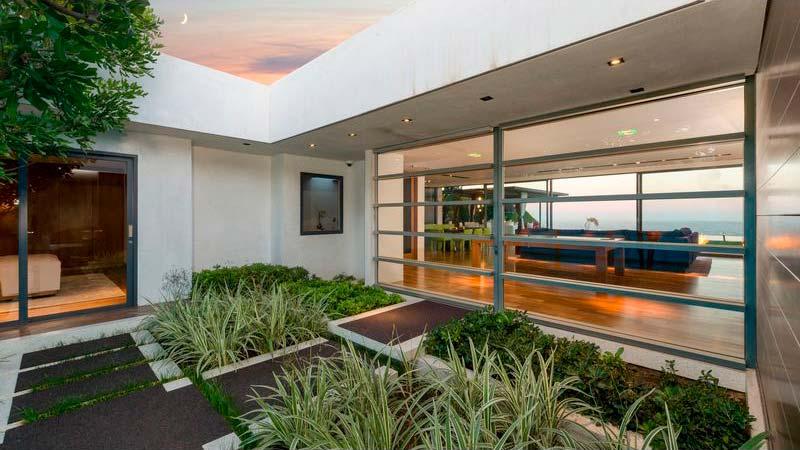 Двор дома с растительностью