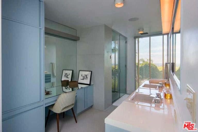 Ванная комната с трюмо и двумя раковинами