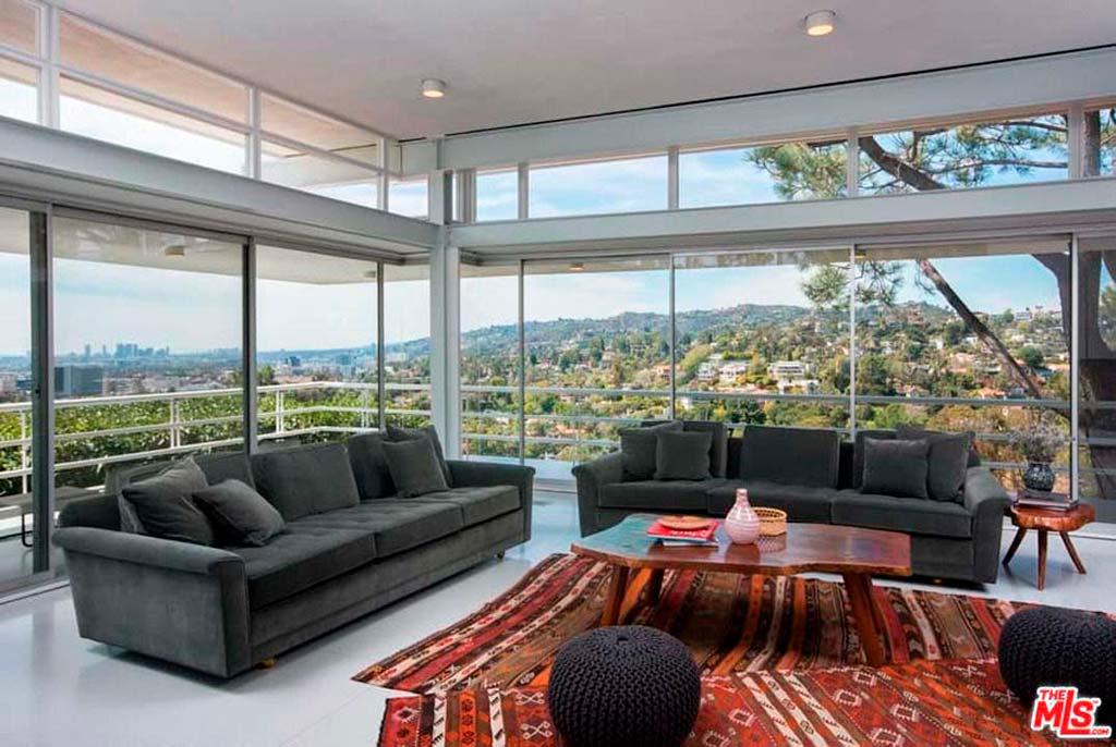 Комната с панорамным видом на Лос-Анджелес