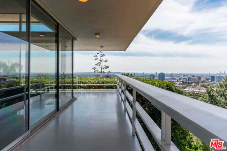 Балкон с видом на холмы и город