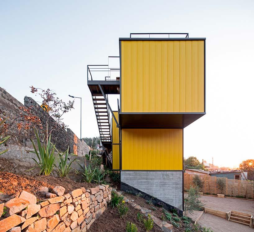 Трехэтажный модульный дом-тетрис на берегу океана в Чили