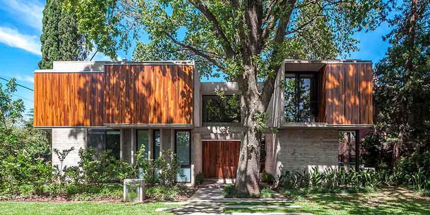 Дом в гармонии с деревьями от Besonias Almeida