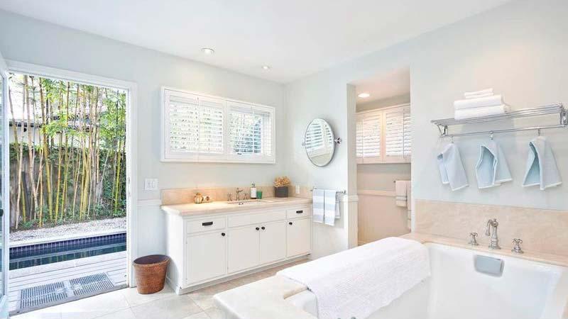 Ванная комната в белых тонах