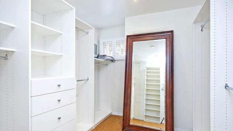 Домашний гардероб с большим зеркалом