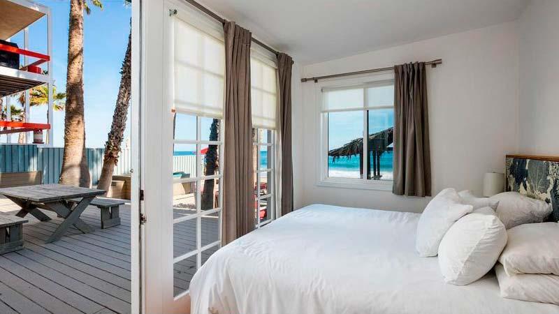 Спальня с выходом на террасу и видом на Тихий океан