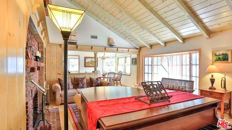 Интерьер гостиной с потолочными балками