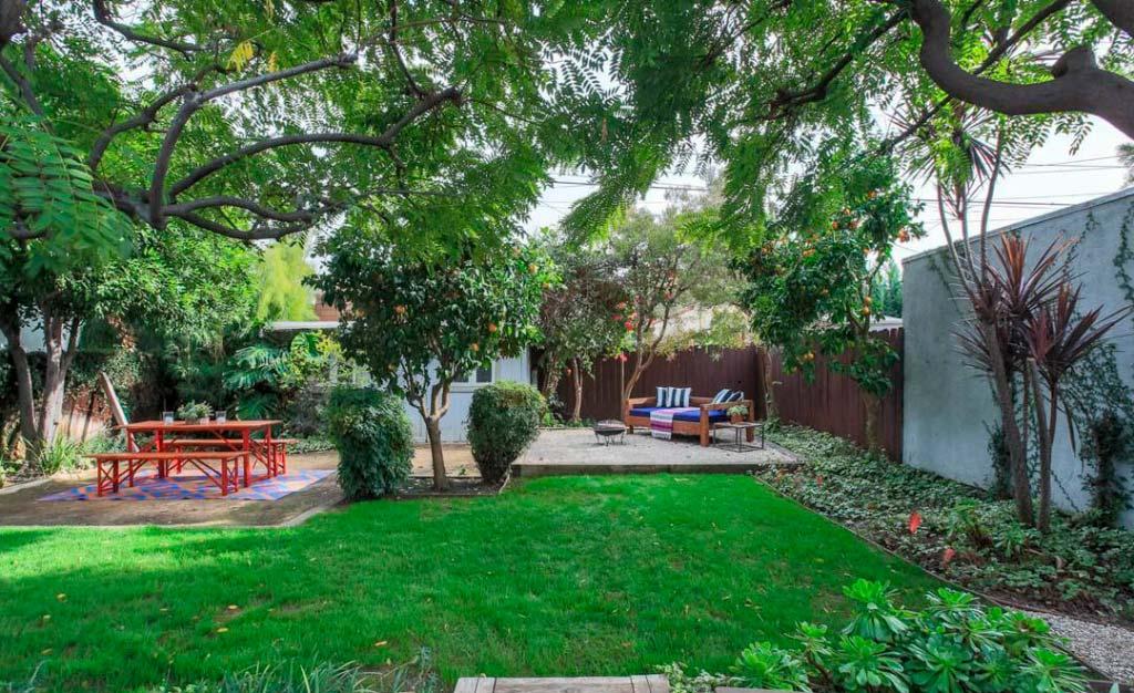 Зеленый двор у дома актрисы Райли Кио