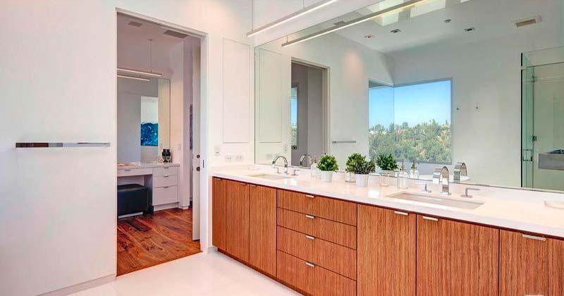 Одна из 5,5 ванных комнат в доме
