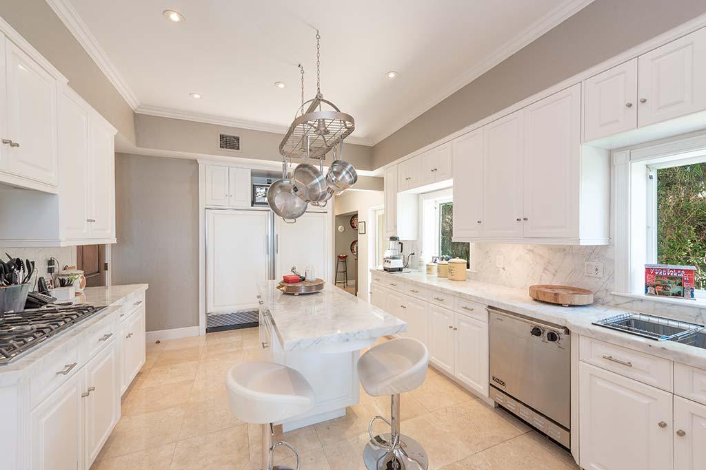 Кухня в отделке белым мрамором