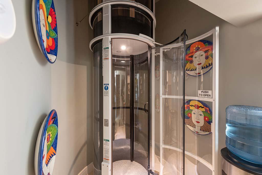 Лифт-капсула в доме Энрике Иглесиаса