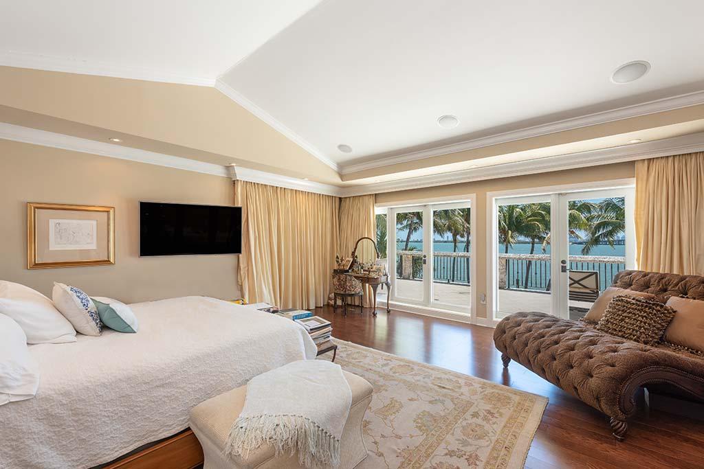Спальня с балконом и видом на океан