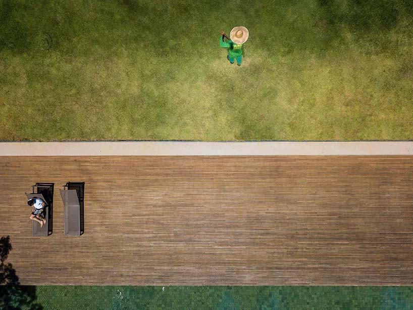 Деревянная терраса и зеленая крыша