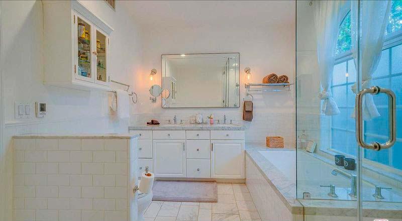 Одна из двух ванных комнат в доме
