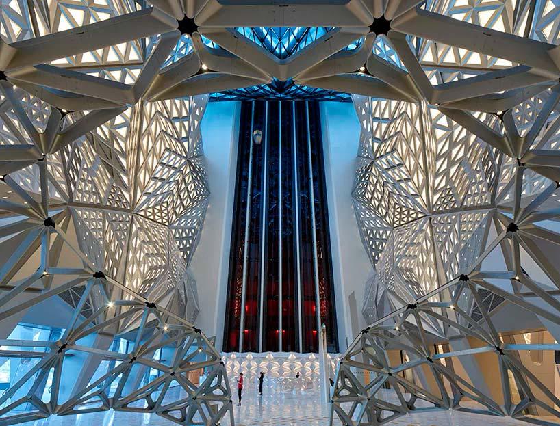 Атриум в отеле Morpheus от Zaha Hadid Architects