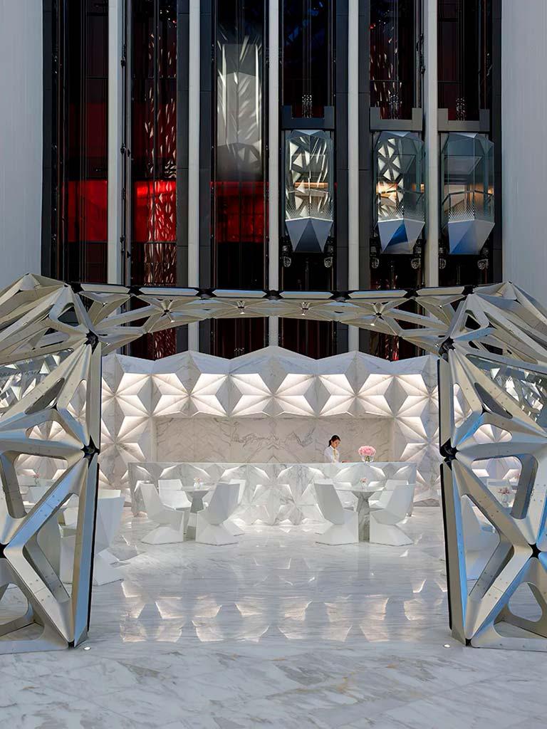 Башня отеля Morpheus с 12 стеклянными лифтами