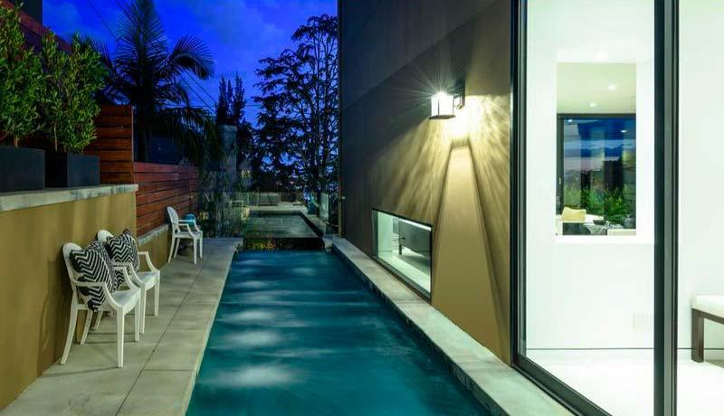Длинный плавательный бассейн у дома