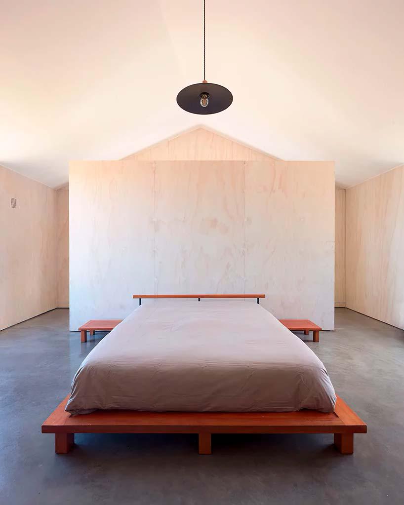 Светлая фанера в дизайне спальни