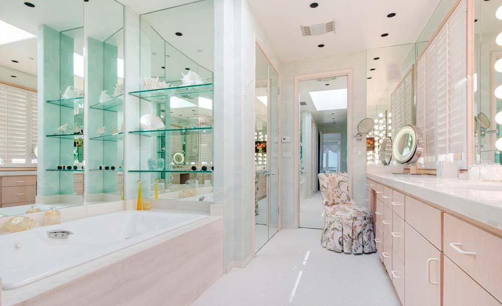 Одна из девяти ванных комнат в доме