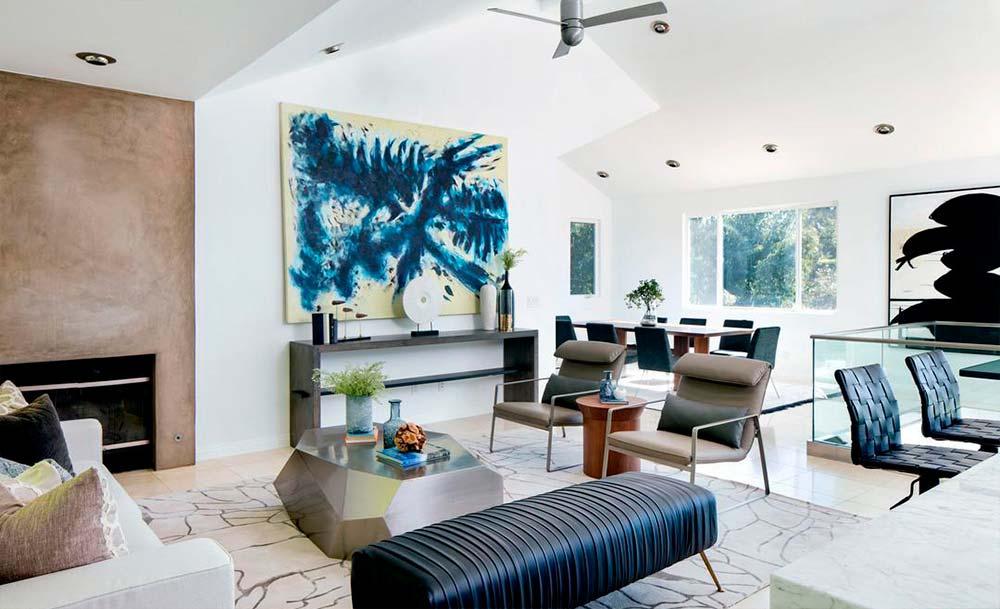 Современный дизайн гостиной в доме актера
