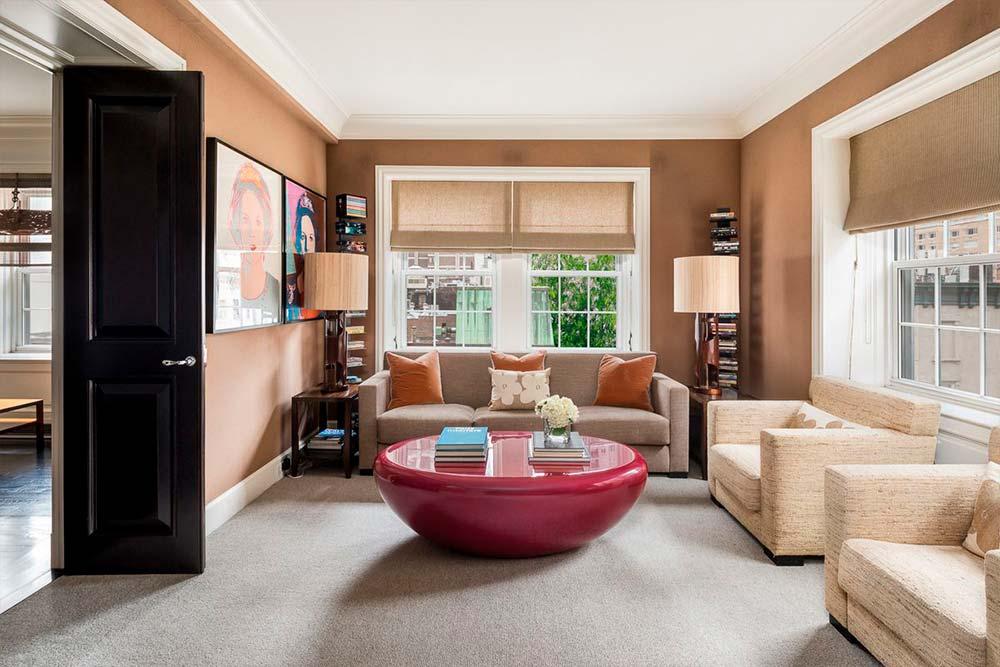Розовый кофейный стол в комнате