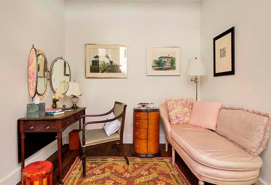 Винтажный диван и будуар в спальне