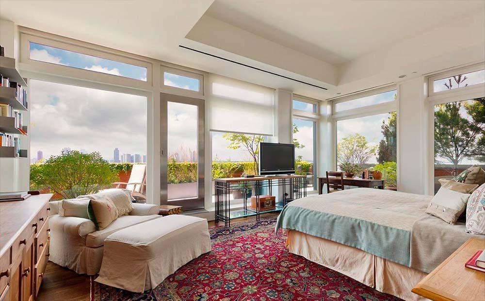 Спальня в квартире с видом на Нью-Йорк