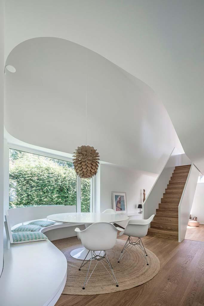 Лаконичный дизайн обеденной зоны в доме