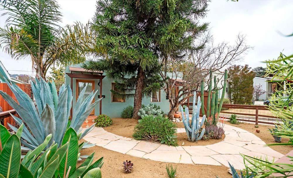 Двор с тропинками
