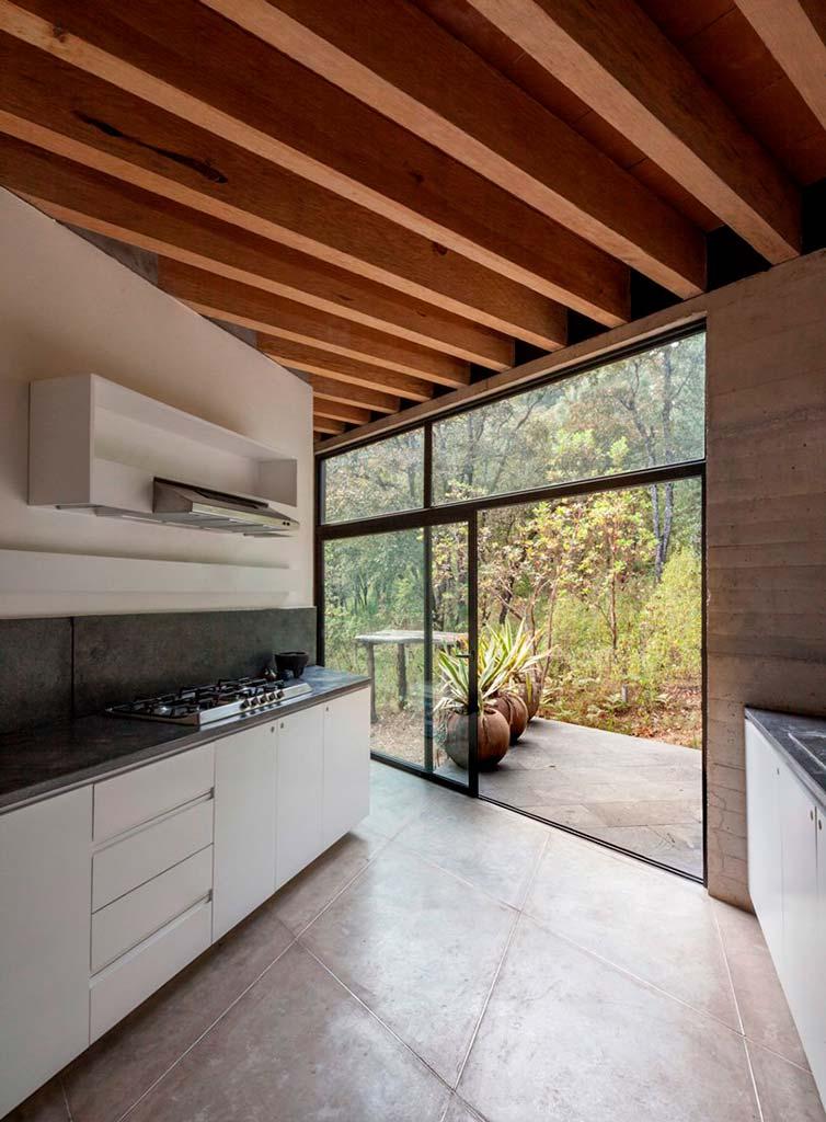 Кухня с выходом во двор