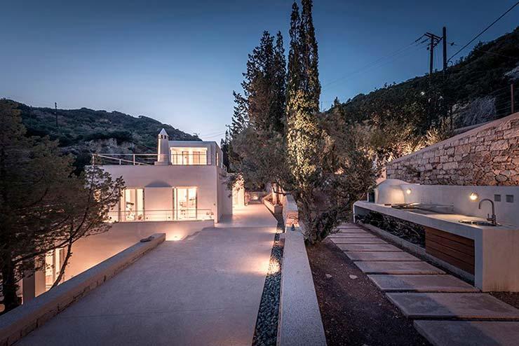 Барбекю у дома на скалах в Греции