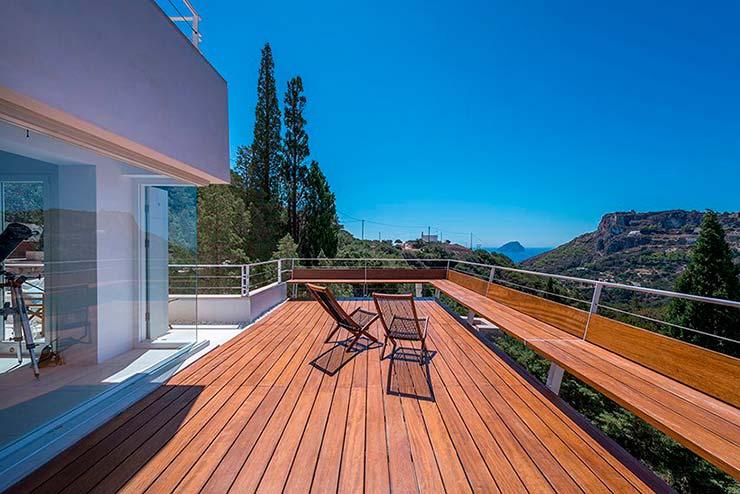 Панорамная терраса дома с видом на скалы и море от R.C. Tech