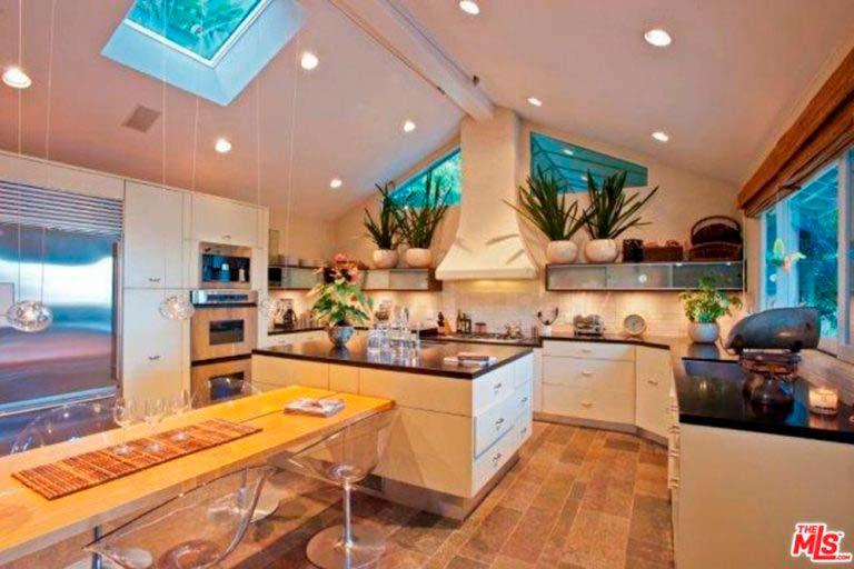 Современная кухня в доме актрисы