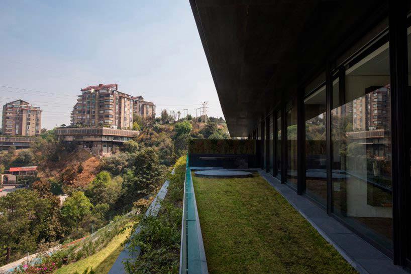 Терраса с газоном и видом на центр города