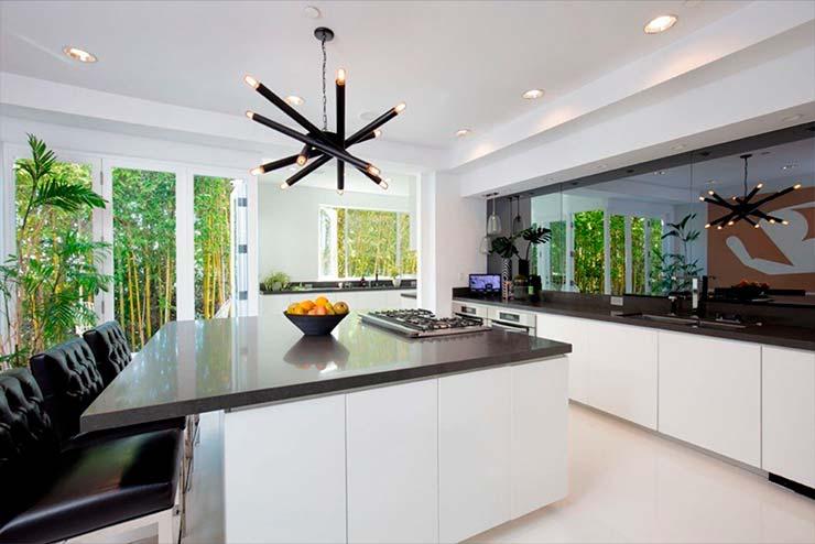 Кухня с черными столешницами на общем белом фоне