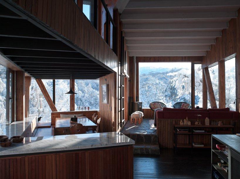 Кухня и гостиная открытой планировки в La Dacha от DRAA