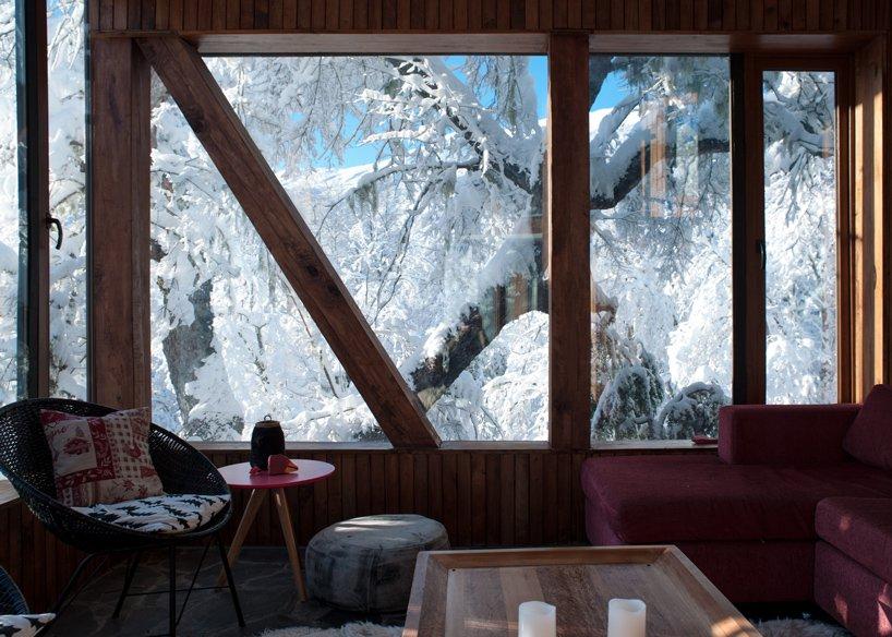 Дизайн гостиной в деревянном доме La Dacha от DRAA
