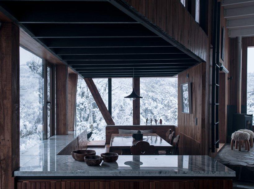 Кухня с мраморными столешницами в La Dacha от DRAA