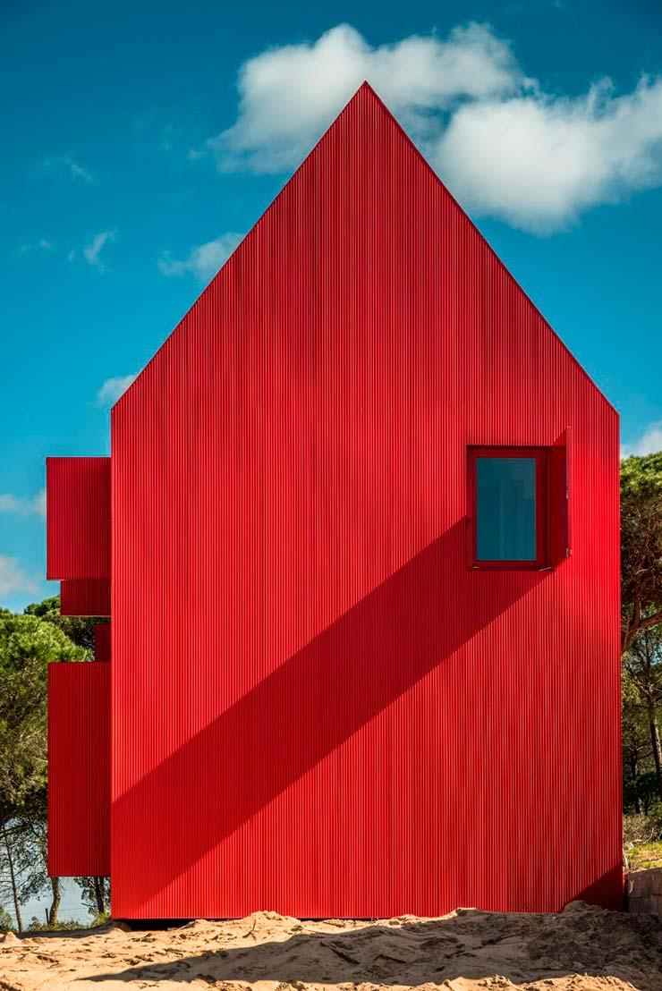 Красный дом с острой двускатной крышей