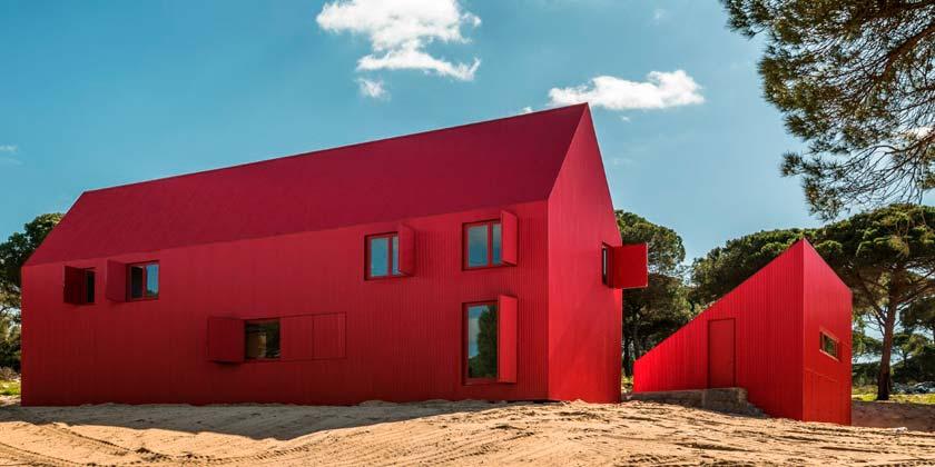 Яркий красный дом в Португалии. Проект Ребело де Андраде