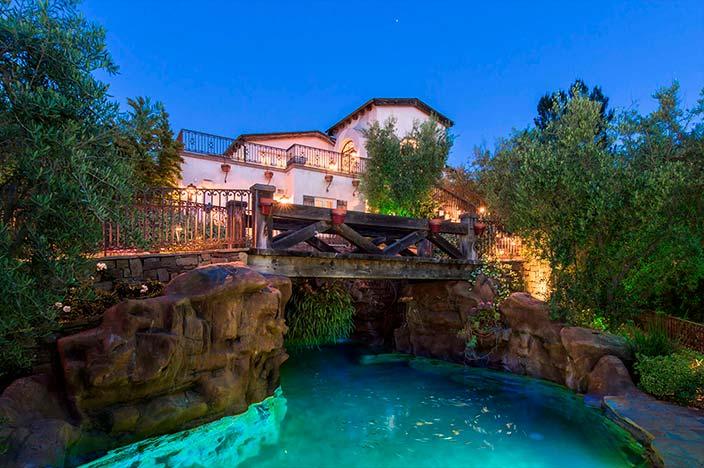 Бассейн в стиле лагуны и романтический мост
