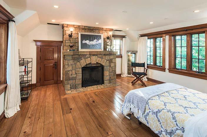 Уютная спальня с собственным камином