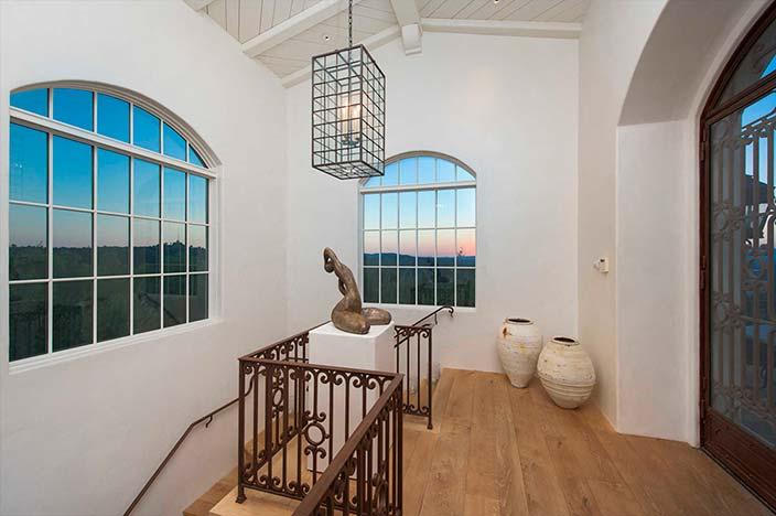 Светлый дизайн интерьера дома