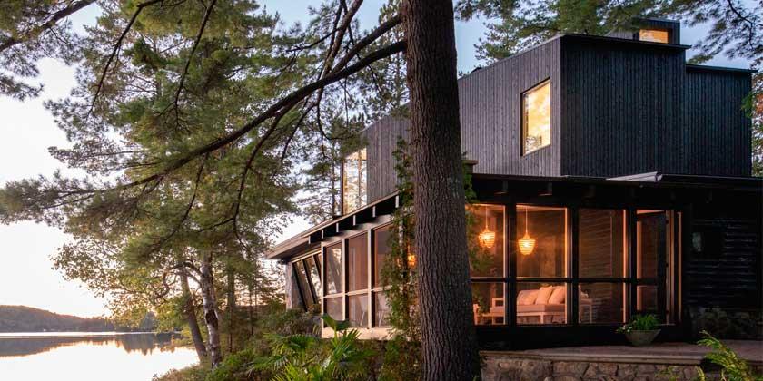 Бревенчатый дом у озера в Канаде от Paul Bernier Architecte