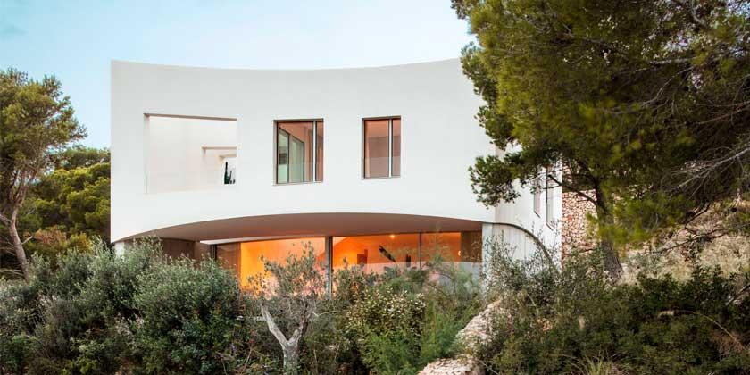 Дом с изогнутыми стенами на острове Менорка от Nomo Studio